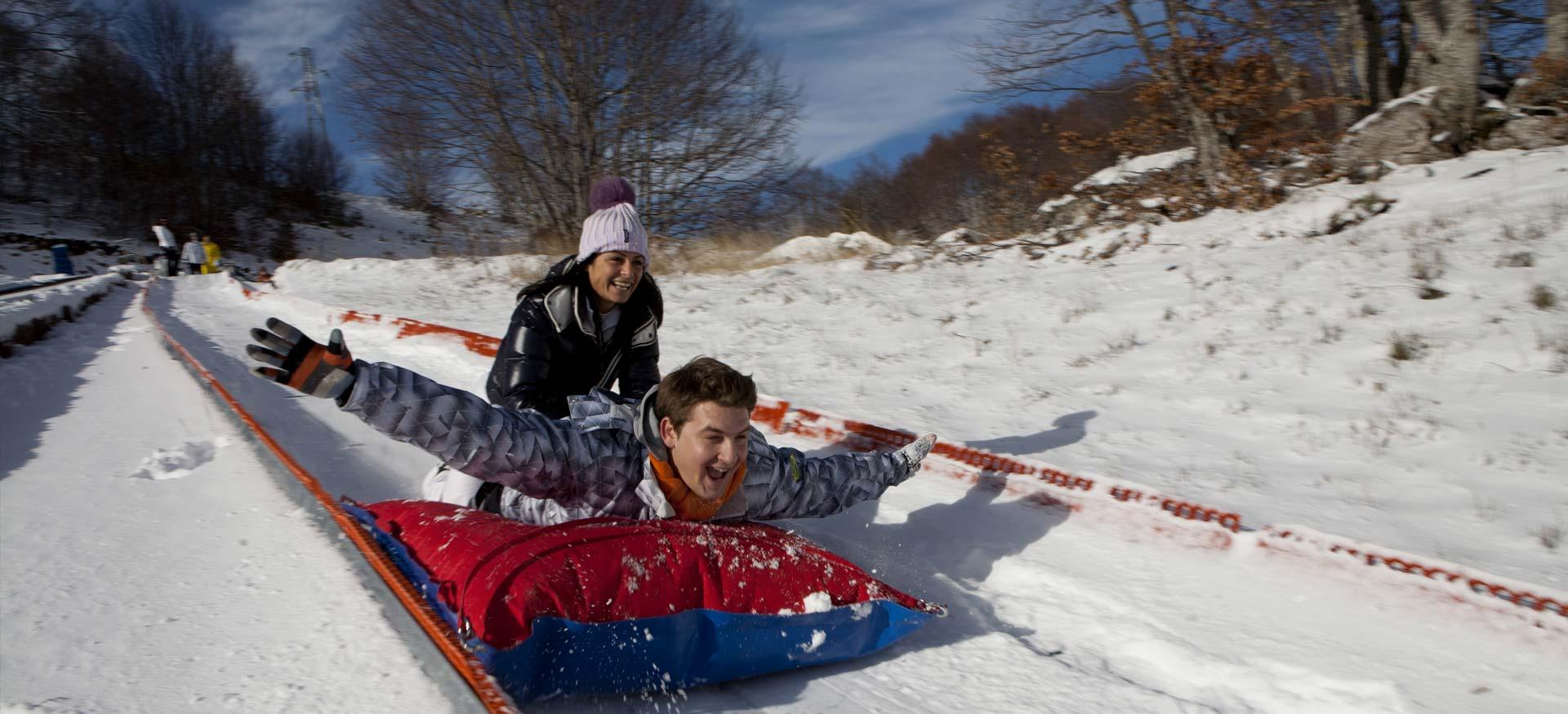 Il divertimento sulla neve con i complementi Pomodone